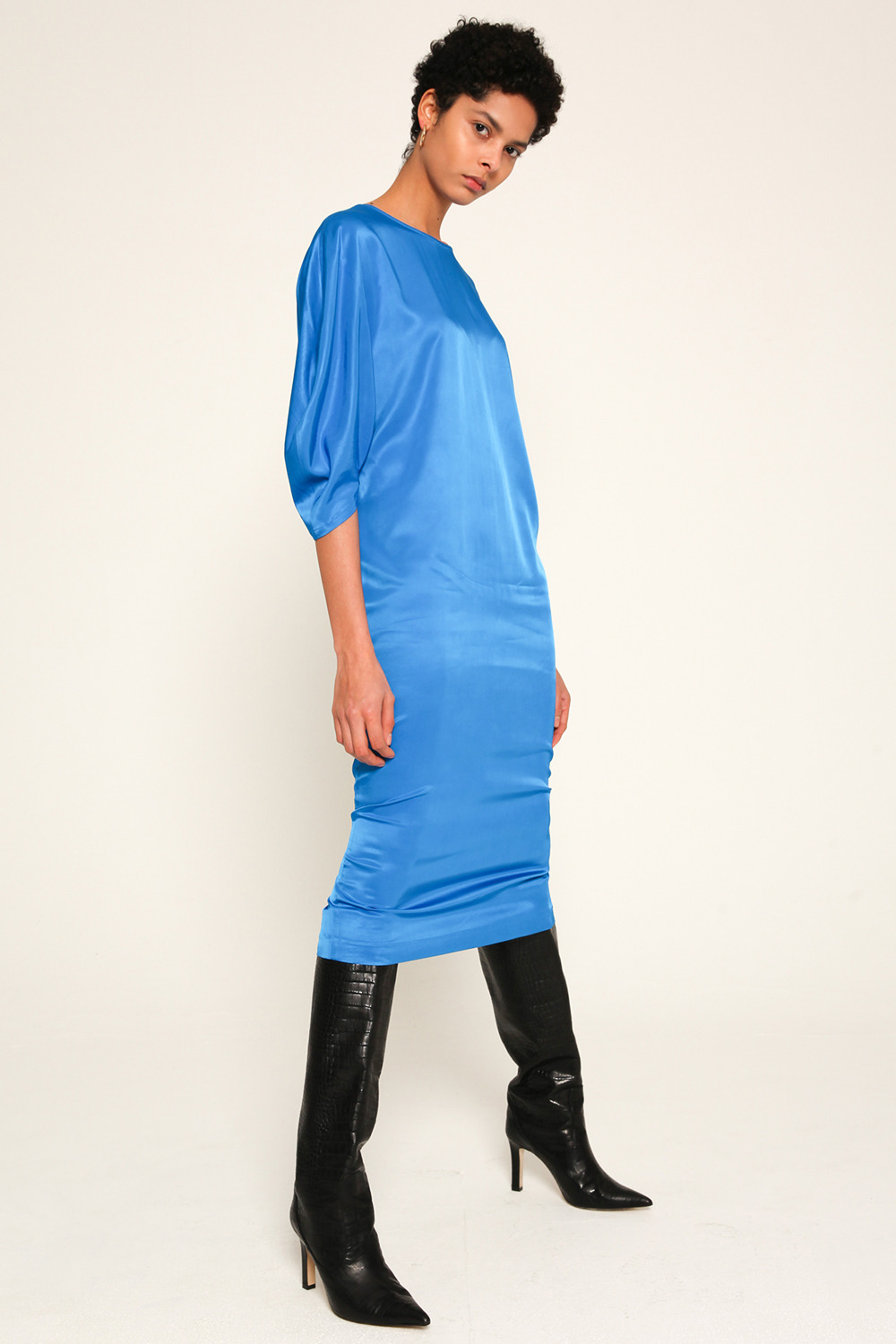 balloon-sleeve strech satin dress in Classic blue