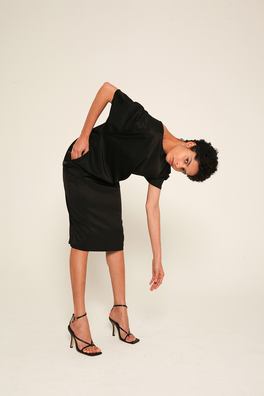 balloon-sleeve strech satin dress in Black